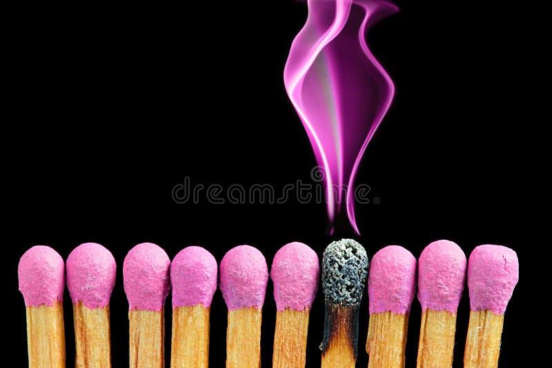 Matchsticks abstractos con humo magenta fotos de archivo