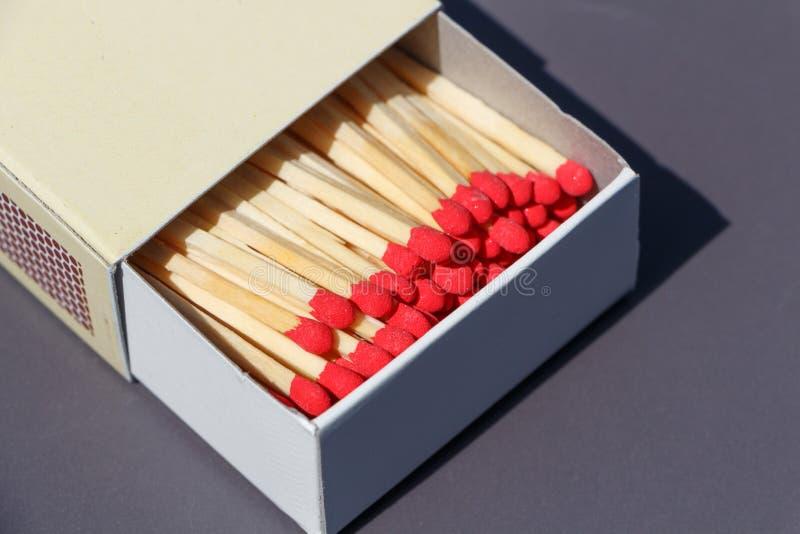 Matchsticks in einer Streichholzschachtel stockbild