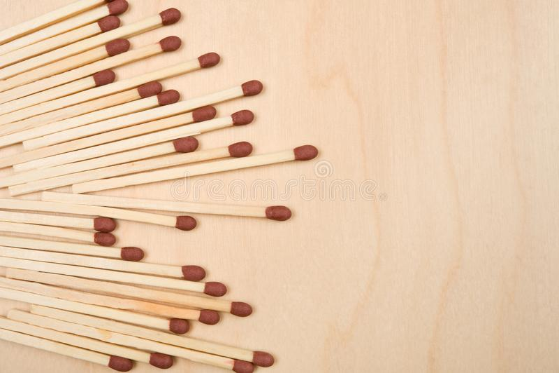 Matchsticks in Folge auf Holztisch stockbild