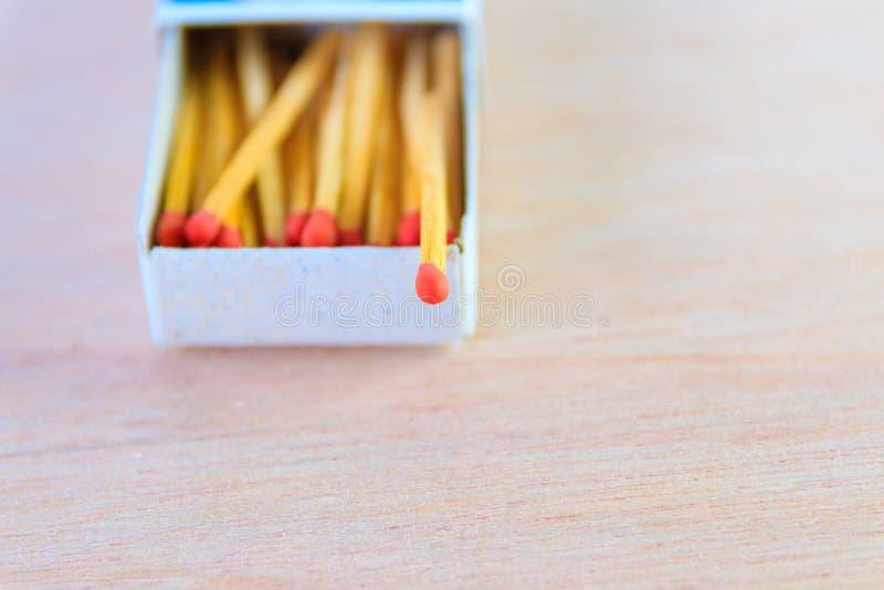 Matchstock im Kasten mit alter Weinlese der roten Hauptkonzeptenergie auf Bretterbodenhintergrund mit Kopienraum addieren Text lizenzfreie stockfotografie