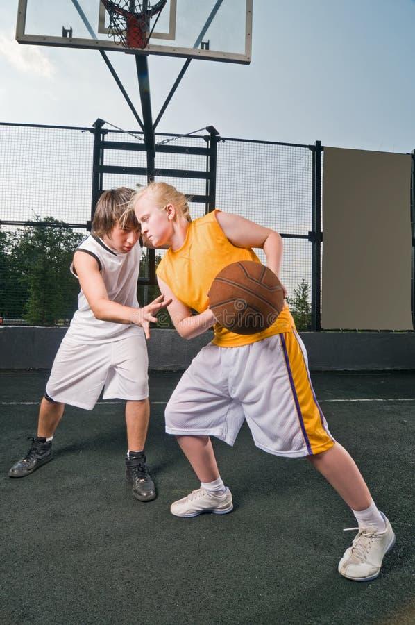 Matchup di pallacanestro fotografie stock