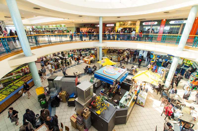 Matdomstol på mitten för Springvale marknadsshopping i Melbourne, Australien royaltyfria bilder