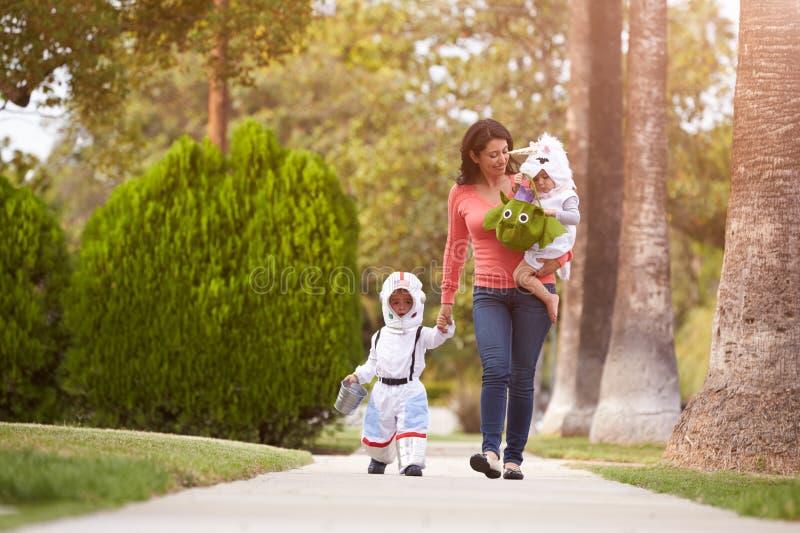 Mateczni Bierze dzieci sztuczka Lub Taktować Przy Halloween fotografia stock