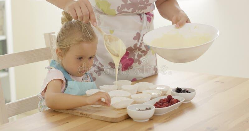 Mateczny dolewania słodka bułeczka ciasto naleśnikowe w właścicieli zdjęcie royalty free