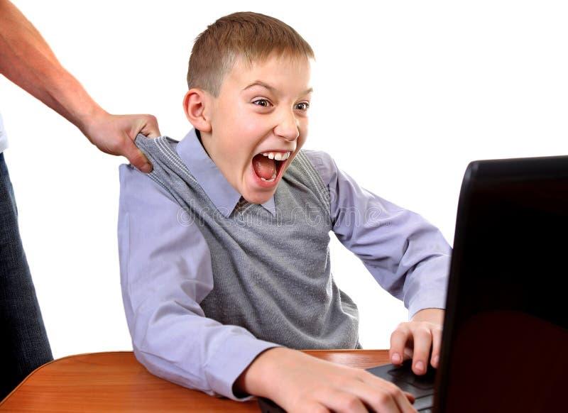 Mateczny dolezienie syn od laptopu fotografia stock