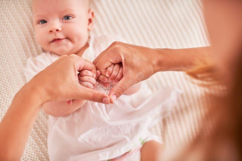 Matek ręki trzyma dziecko ręki fałdowy symbol serce i miłość od palców macierzyństwo i opieka dla dziecka zdjęcie royalty free