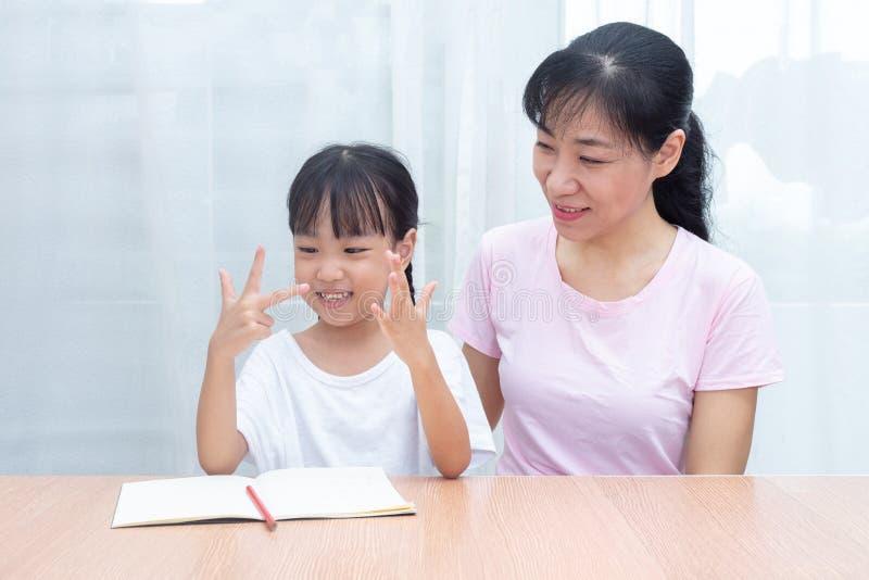 Matemática de ensino da filha da mãe chinesa asiática contando f imagens de stock