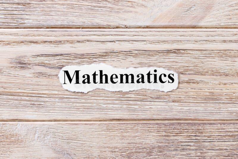 Matemáticas de la palabra en el papel Concepto Palabras de las matemáticas en un fondo de madera fotografía de archivo libre de regalías