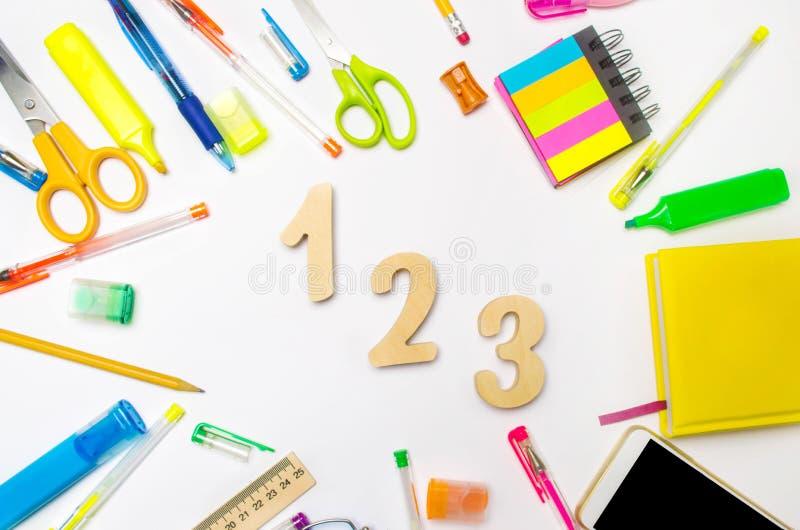 matematica numeri 1, 2, 3 sullo scrittorio della scuola Concetto di formazione Di nuovo al banco cancelleria Priorità bassa bianc immagini stock