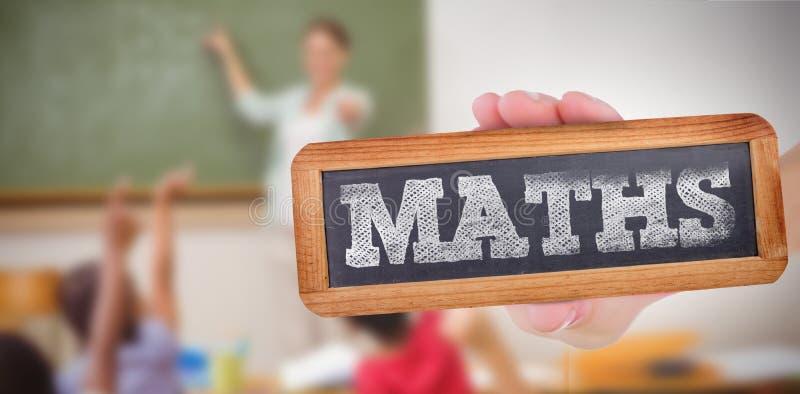 Matematik mot elever som lyfter deras händer under grupp royaltyfri foto