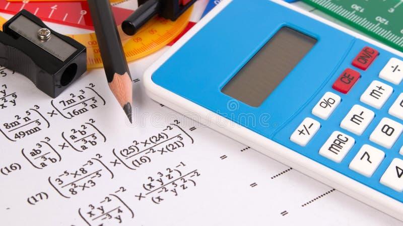 Matematikkvadratisk ekvationbegrepp Skolatillförsel som används i matematik Matematikteckningshjälpmedel med matematikutrustning arkivfoto