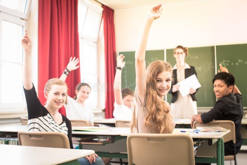 Matematiklärare som framme står av studenter som är väl - förberett royaltyfri bild
