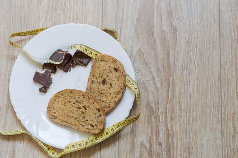 Maten på den vita maträtten arkivbild
