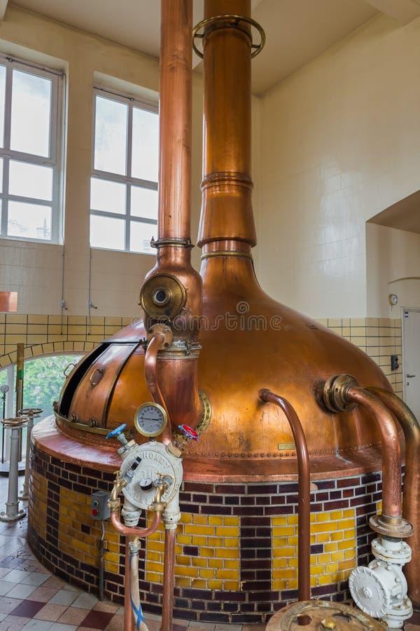 Mater, Bélgica - 29 de abril de 2017: Chaleira de cobre do vintage no cervejeiro imagens de stock