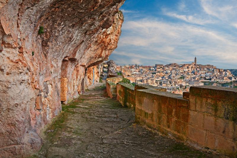 Matera, Basilicata, Itália: aleia cinzelada na rocha com as casas antigas da caverna imagem de stock royalty free