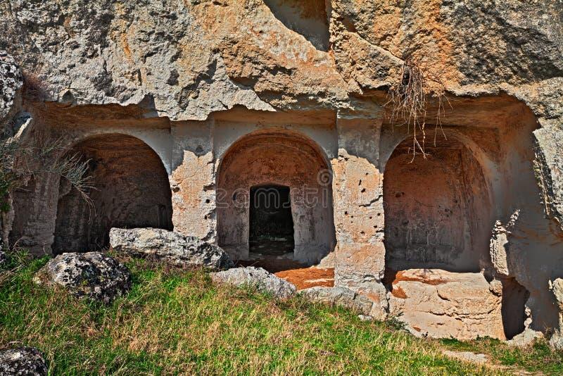 Matera, Basilicata, Itália: balance a igreja no parque do mais rupest foto de stock