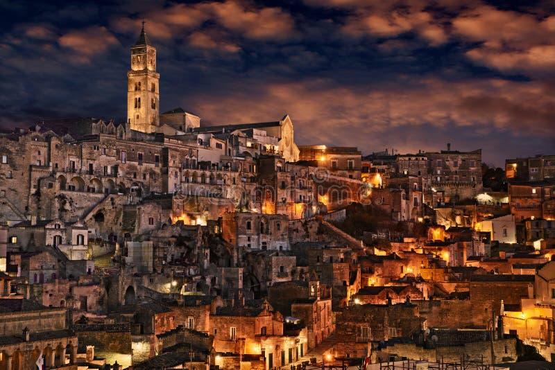 Matera, Basilicata, Itália: paisagem da cidade velha na noite imagens de stock royalty free