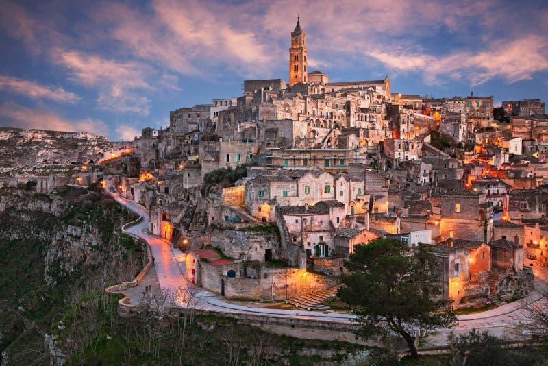 Matera, Basilicata, Itália: paisagem no por do sol da cidade velha fotografia de stock