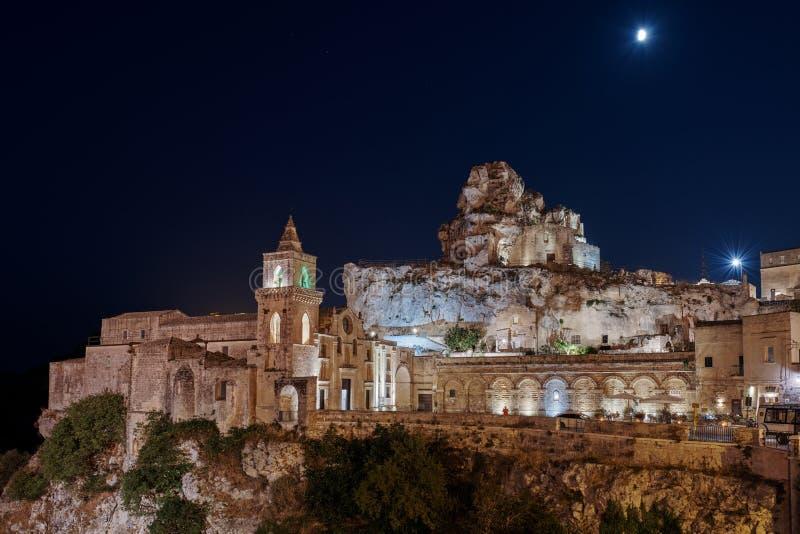 MATERA, BASILICATA, ITALIË - 7 september 2019 Nachtuitzicht op de kerk van San Pietro caveoso en op de top van de heuvel van de K royalty-vrije stock foto
