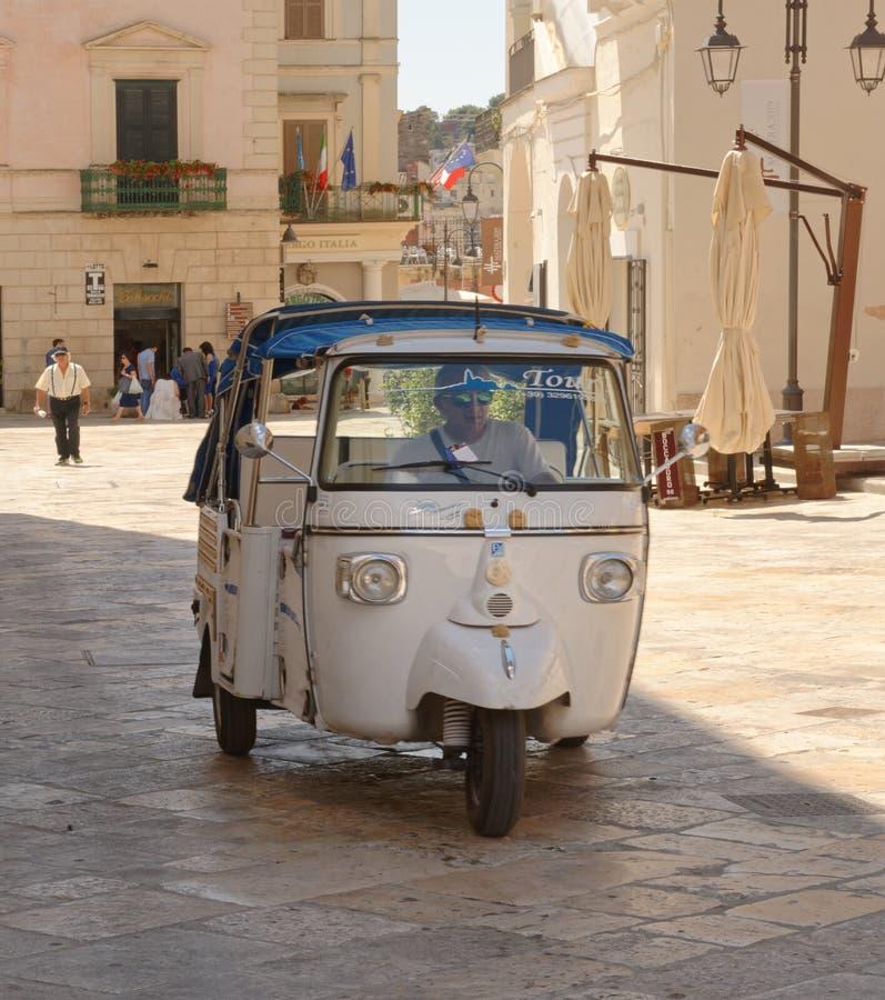 Matera, Italia: serviço local do táxi da excursão do tuc do tuc imagem de stock royalty free