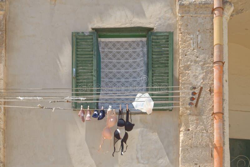 Matera, Italia: sujetadores en la línea underwear imagen de archivo
