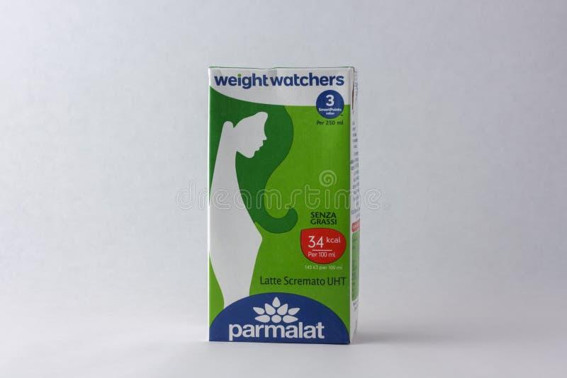 Matera Italien - Maj 26, 2019: Parmalat skummade - mj?lka p? en vit bakgrund royaltyfri bild