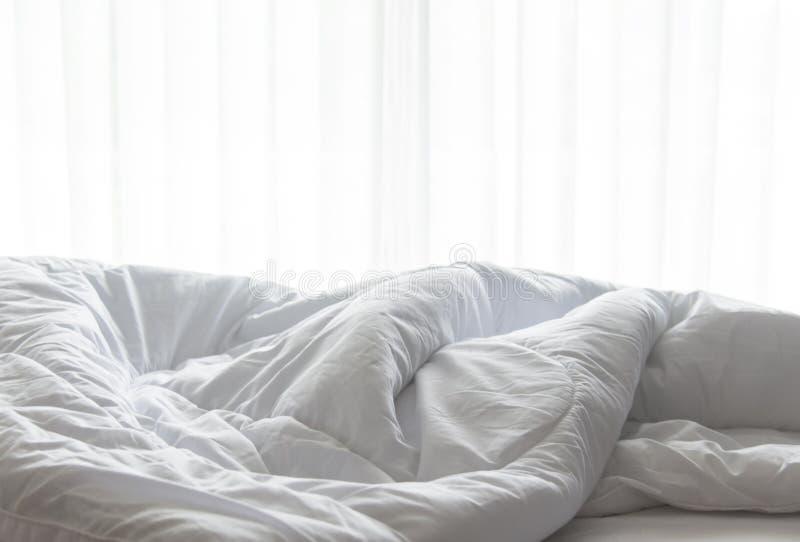Materac łóżkowy prześcieradło duvet i poduszka, bałaganił up w ranku fotografia royalty free