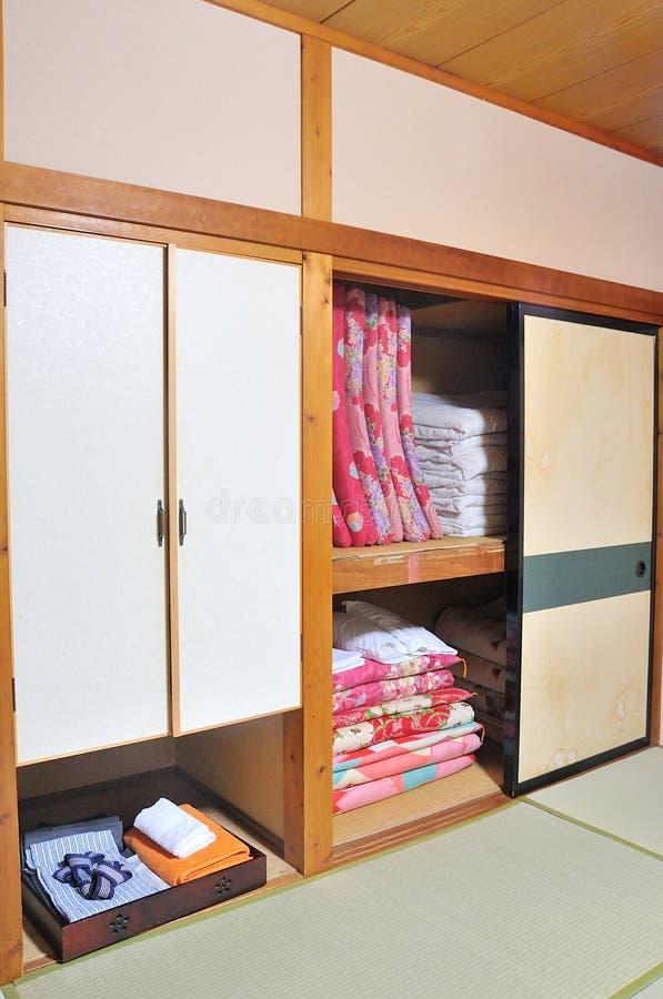 Materassi giapponesi tradizionali del futon nella stanza di Ryokan immagini stock