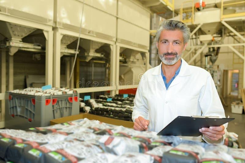 Materiële inspecteur in fabriek royalty-vrije stock afbeeldingen