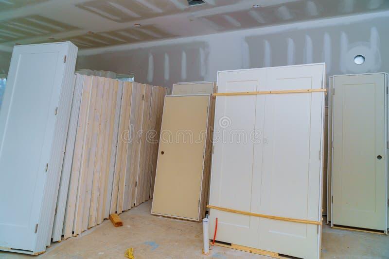 Materiał dla napraw w mieszkaniu jest w budowie, przemodelowywający, drzwi dla nowego domu, odbudowywać przedtem i odświeżania obraz stock