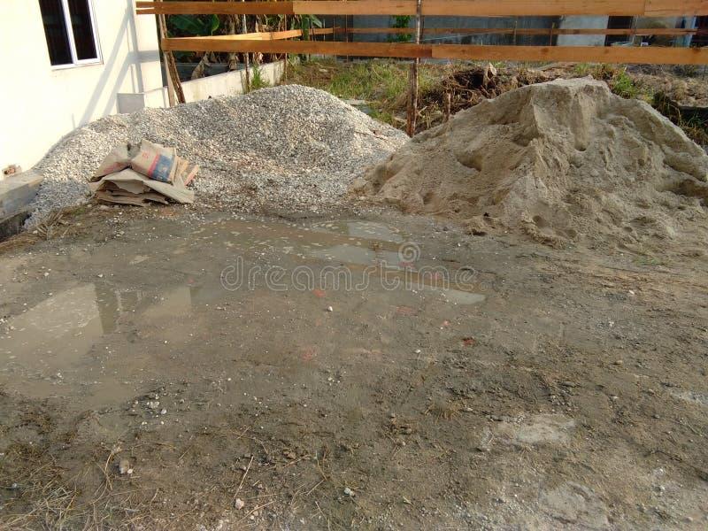 Materiały budowlani, żwiru kamień z budową w tle, obraz royalty free