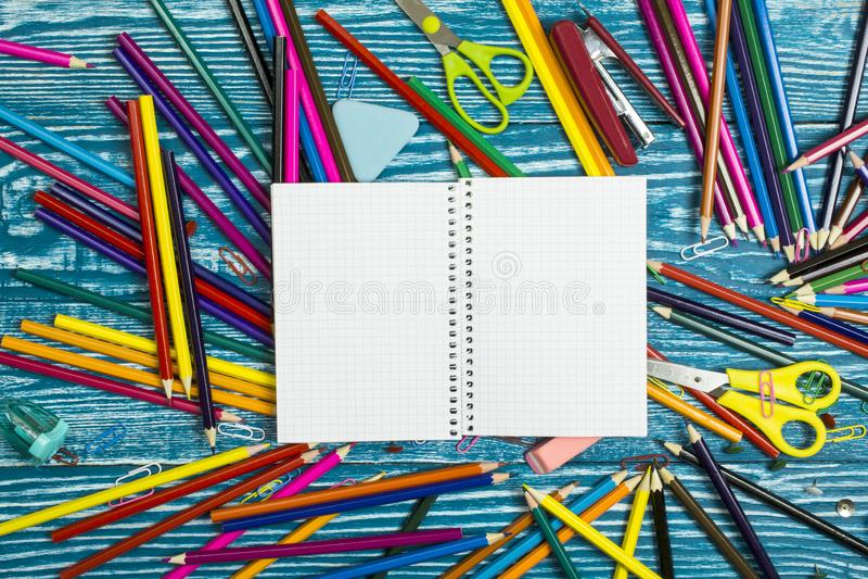 Materiały dla szkoły i otwarty notatnik kłamamy na bławym drewnianym tle obrazy royalty free