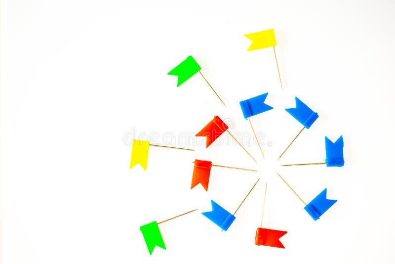Materiały flagi i papierowe klamerki na białym tle - ilustracji