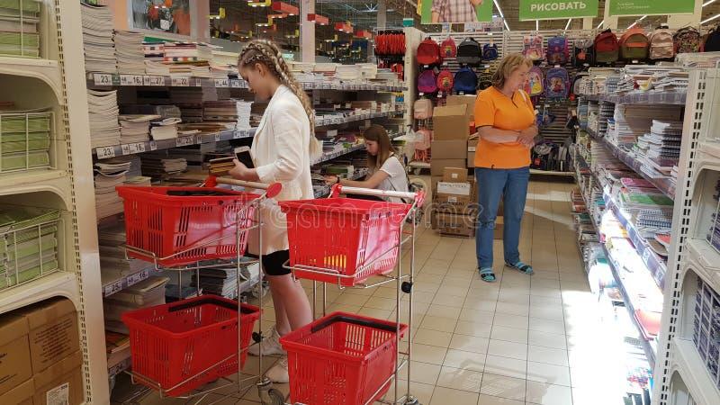 Materiały i notatniki dla nowego roku szkolnego w sklepie i klientów obrazy stock