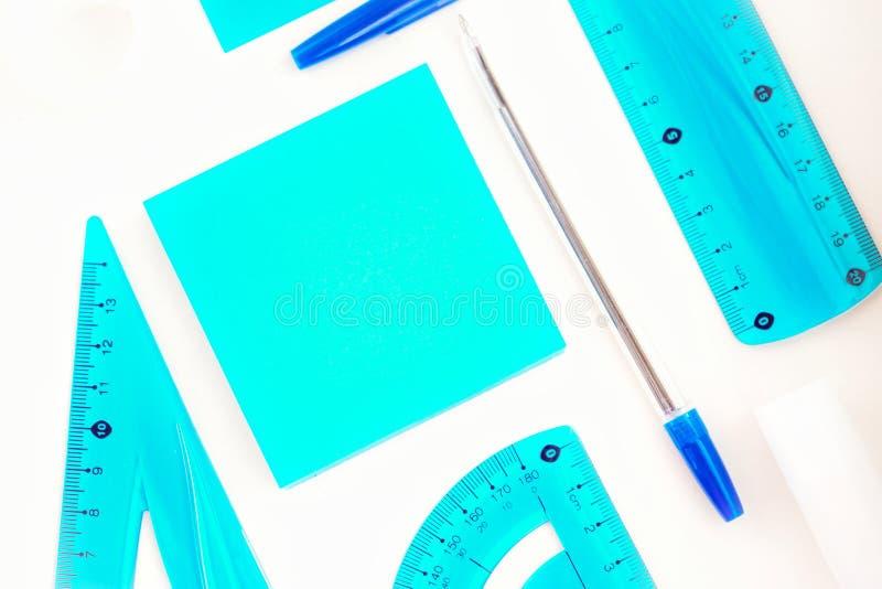 materiały, nutowy papier, majchery, błękitny pióro, władcy, przestrzeń dla teksta zdjęcie royalty free