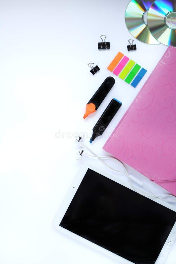 Materia del estudio Fondo de la educación papel Aspectos de la educación Etiquetas engomadas, tableta, marcadores, cd-discos, car imagenes de archivo