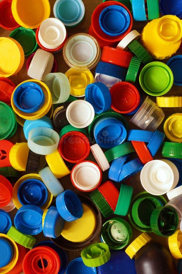 Materia prima secondaria Cappucci multicolori dalle bottiglie, una supremazia fotografia stock