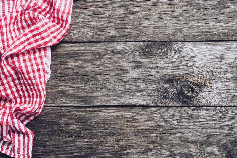 Materia textil de la tela escocesa de la cocina en la madera rústica vieja Fondo del menú de la comida imagenes de archivo