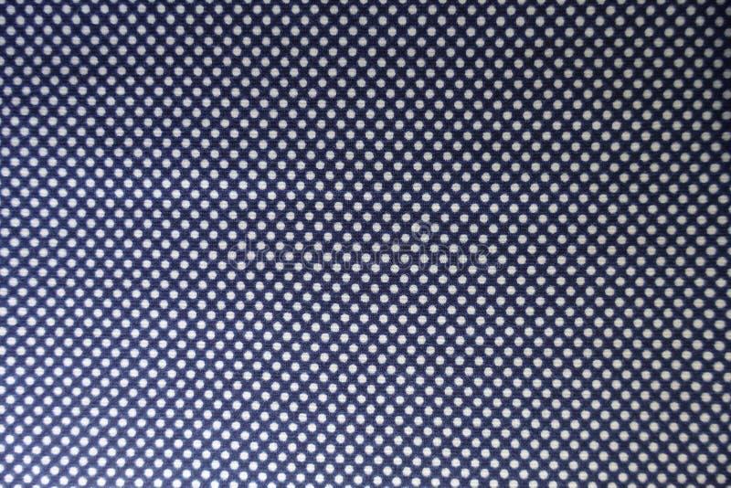Materia textil de los azules marinos con los lunares blancos fotografía de archivo