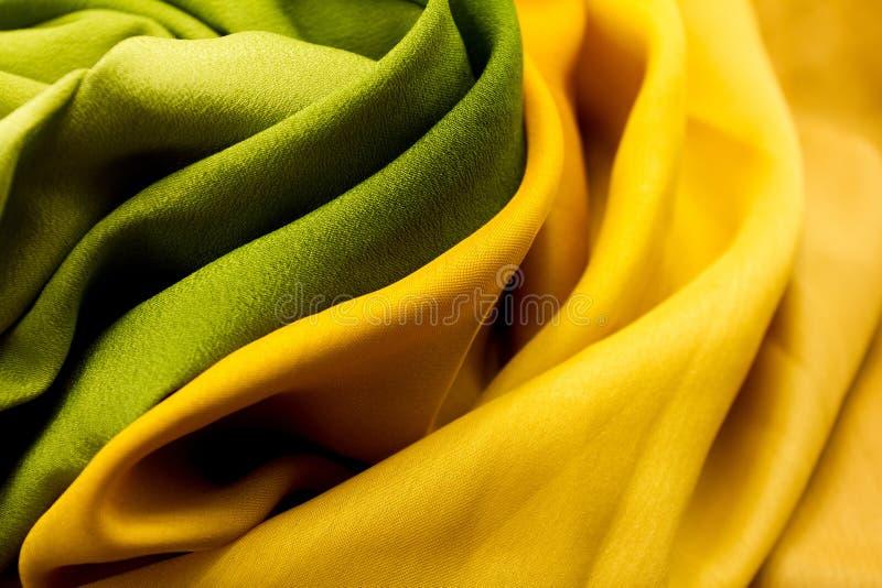 Materia textil de oro y verde fotografía de archivo libre de regalías