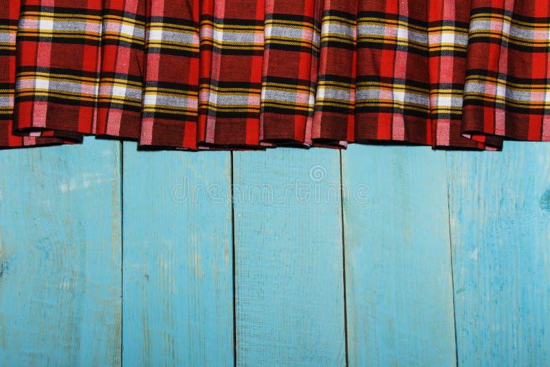 Materia textil en una textura de la jaula y de madera Tabla de madera azul Paño en una jaula en una textura de madera azul Tela c imágenes de archivo libres de regalías
