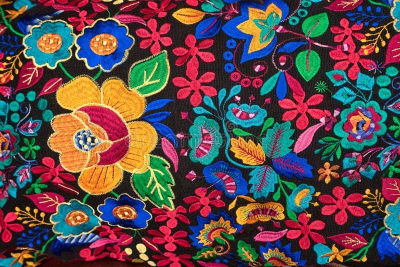 Materia textil indígena colorida en Otavalo Ecuador imágenes de archivo libres de regalías