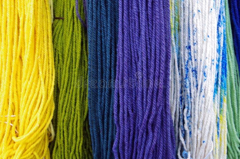 Materia textil teñida colorida de la lana merina fotografía de archivo