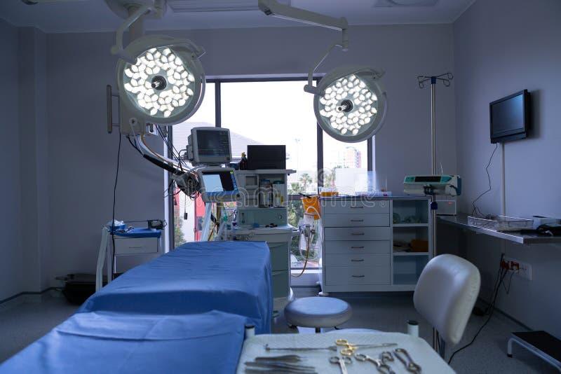 Materiaal en medische apparaten in moderne werkende ruimte van het ziekenhuis stock foto's