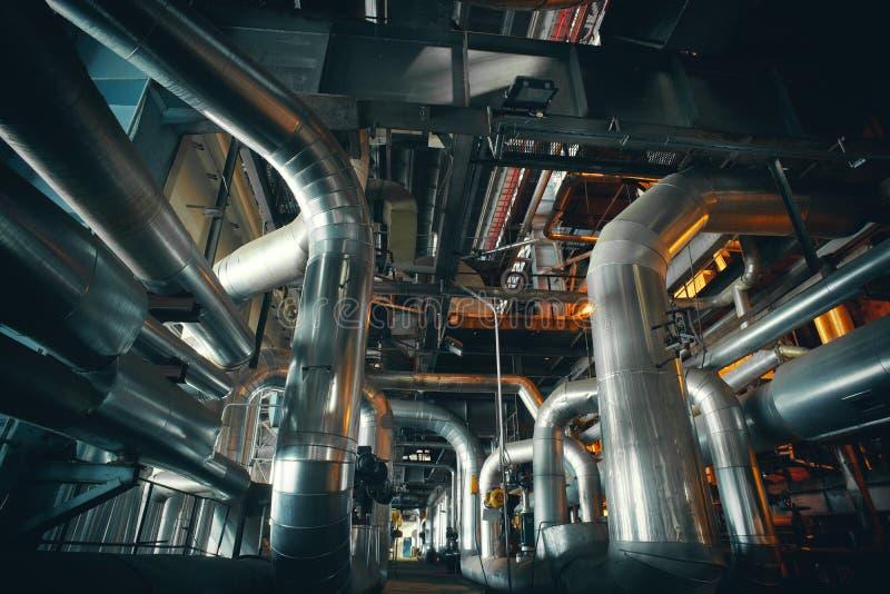 Materiaal, kabels en het door buizen leiden binnenkant van een moderne industr stock foto's