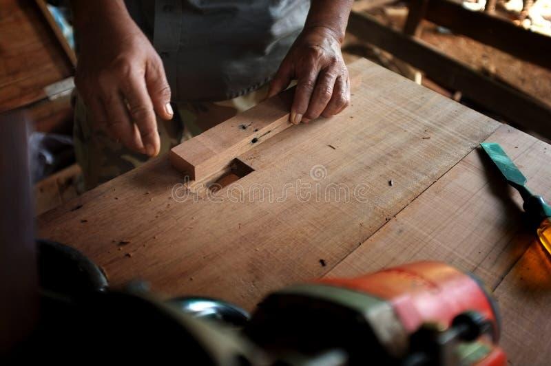materiaal op houten bureau met de mens die op workshopachtergrond werken royalty-vrije stock afbeeldingen