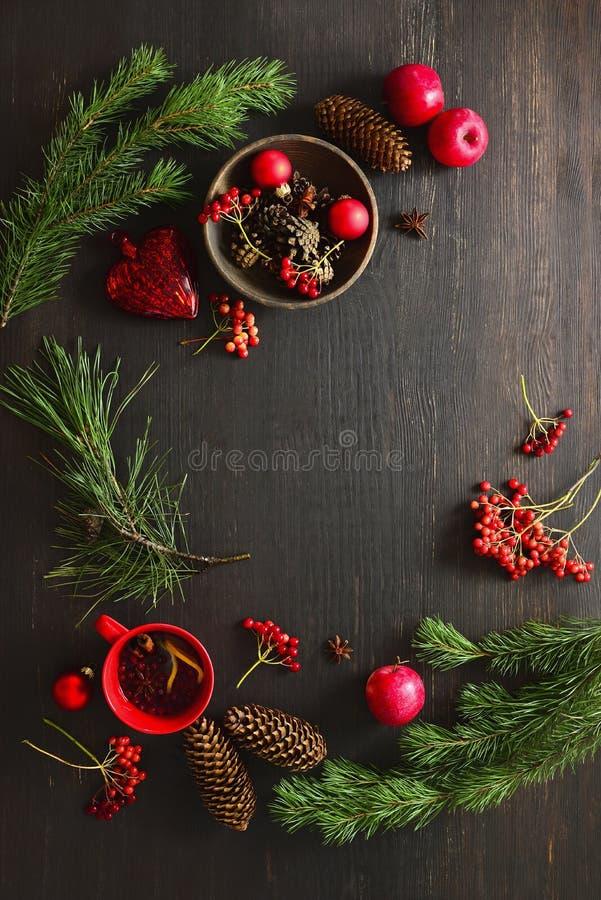 Materiaal van het Kerstmis het natuurlijke decor op humeurige rustieke lijstoppervlakte royalty-vrije stock afbeelding