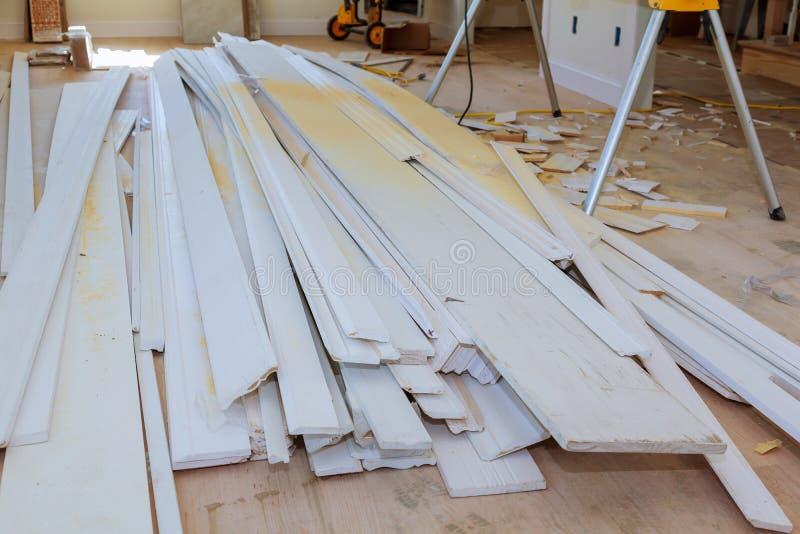Materiaal voor in aanbouw, het remodelleren en vernieuwing van ruimte witte deur en het vormen royalty-vrije stock foto's