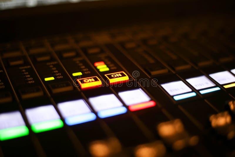 Materiaal voor correcte mixercontrole in de post van studiotv, Audio en Videoproductieswitcher van Televisie-uitzending stock foto's
