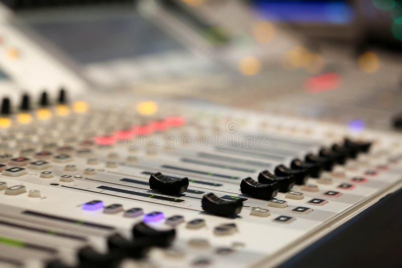 Materiaal voor correcte mixercontrole in de post van studiotv, Audioa stock afbeelding